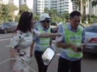女子当街打交警