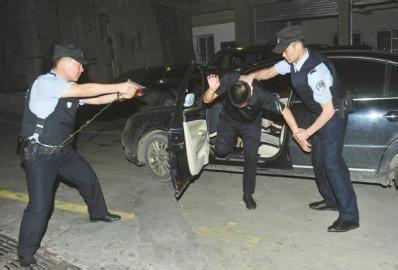 实拍毒贩车内开枪拒捕 民警砸窗夺枪