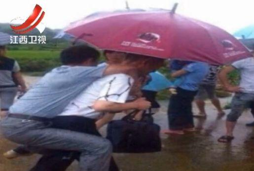 贵溪官员水灾现场不愿趟水要人背被免职