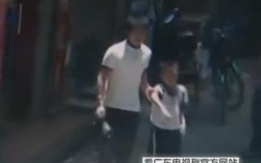 实拍男孩遭持刀劫持 父亲下跪求劫匪放人