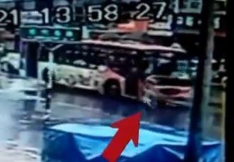 大妈碰瓷撞公交