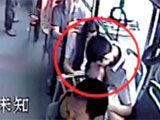 实拍女子公交上躺男友怀中激吻数十分钟