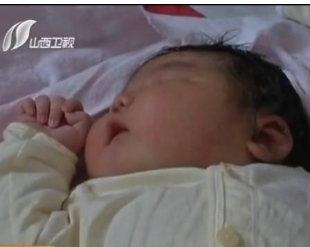 孕妇产下12.6斤巨型宝宝 产前未感异常