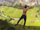 俄罗斯男子铁钩穿背 400米悬崖疼痛跳伞