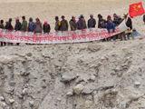 印度修水渠到我领土 西藏牧民拉横幅抗议