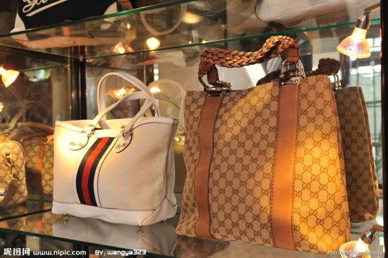 男子穿名牌盗窃奢侈品店 拍照上网炫富