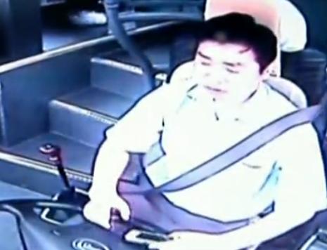 客车司机7分钟看39次手机撞死骑车老人