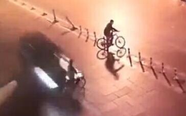监拍豪车狂飙将骑车女撞飞40米后逃逸