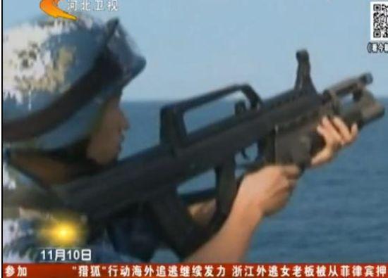 实拍我海军军舰护航 爆震弹驱离海盗