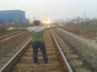 男子为拍照逼停火车 网上发帖炫耀