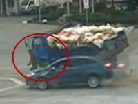 监拍两车相撞瞬间行人1秒钟逃出夹缝生还