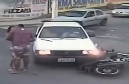 巴西情侣出车祸被弹飞 爬起来立马拥吻5秒