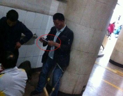 乞丐地铁站数钱算收成 掏iPhone6拍照
