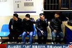 四人组团打飞的到重庆行乞 兜揣iPhone6