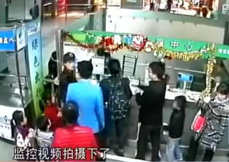 女乘客闯地铁票务室 抄凳子狂殴女员工