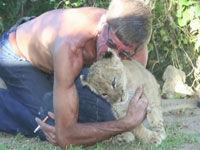 男子养18只狮子当宠物 亲吻拥抱同吃同住