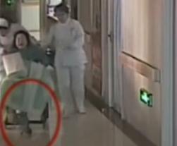 婴儿遭倒悬拖行 产妇直喊孩子掉地上了