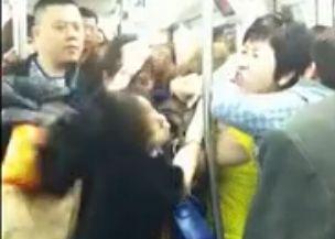 多女地铁内互殴