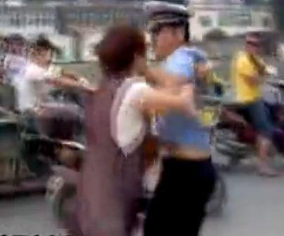 女子掌掴交警护夫