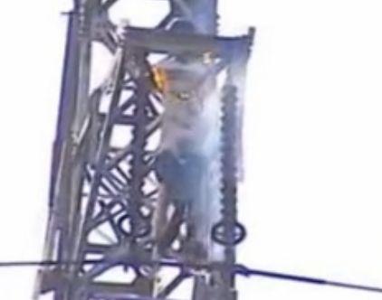 实拍男子爬高压铁塔求爱 不幸遭电击焚身