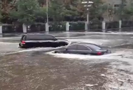 实拍沈阳暴雨街道成海 轿车变潜艇穿行