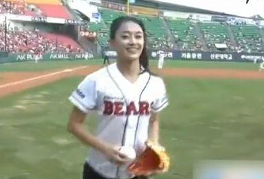 美女踢月腿为棒球赛开球 360度后空翻撼全场