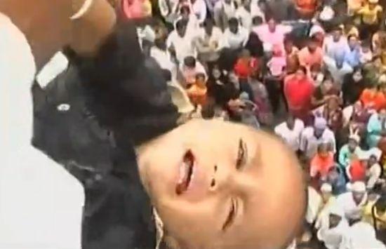 实拍印度扔小孩节