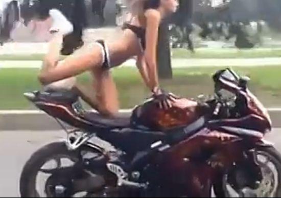 美眉秀摩托杂技