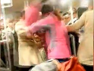 两女地铁激烈互殴