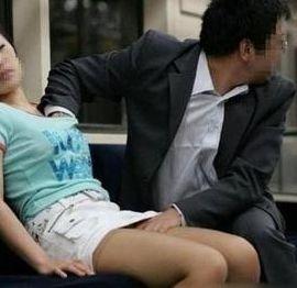 实拍北京地铁十号线猥琐男咸猪手袭胸