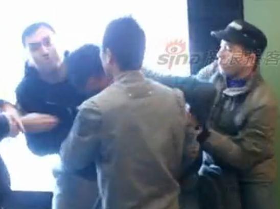 实拍地铁便衣大战小偷 与路人将其制服