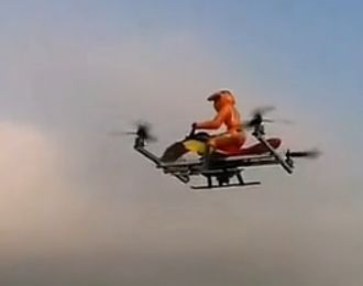 实拍牛人打造飞行器逆袭 凭借四螺旋桨升空
