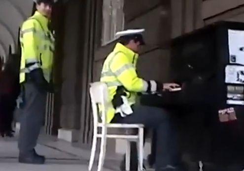 警察街边弹钢琴