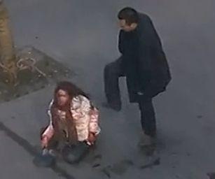 实拍女子当街遭暴打 被男子刀捅浑身血