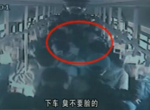 监控实拍变态男公交车上露下体当众猥亵女子