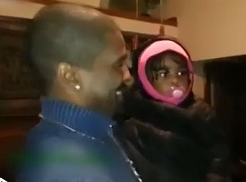 实拍女童第一次见爸爸双胞胎兄弟被吓呆