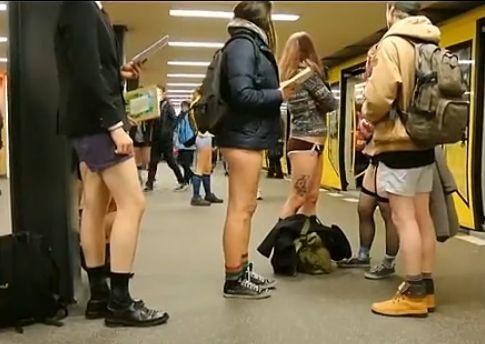 世界民众参加不穿裤子节 穿内裤乘地铁