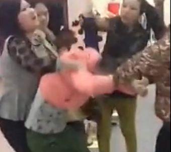 手机实拍商场内众妇女围殴年轻小三