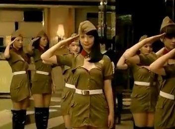 贾樟柯拍摄东莞小姐穿性感军装踏正步选秀