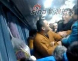 实拍和尚火车上骂脏话引围攻 与人动手