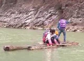实拍山区学生自撑破木筏横渡30米宽大河上学