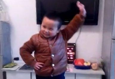 实拍5岁男孩被大妈影响 跳广场舞有模有样