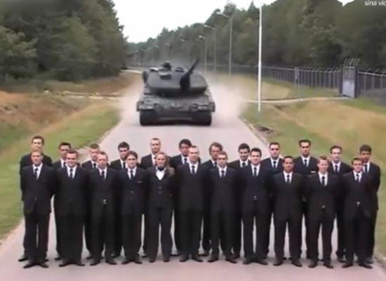 实拍不怕死小伙伴排队测试坦克刹车