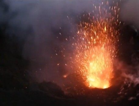 无人机近距离记录火山喷发震撼场面