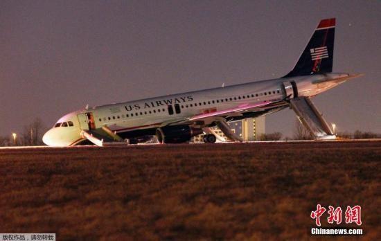 实拍全美航空客机爆胎急停 乘客全部逃生