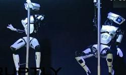 实拍机器人跳钢管舞 甩头摆臀样样精通