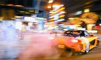 少年自拍街头驾车狂飙 一路违章疯狂超车