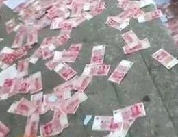 女土豪因琐事与男友吵架 18楼撒万元钞票