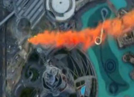 实拍牛人从世界最高楼迪拜塔定点跳伞