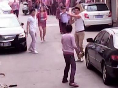 男街头砍人遭反击
